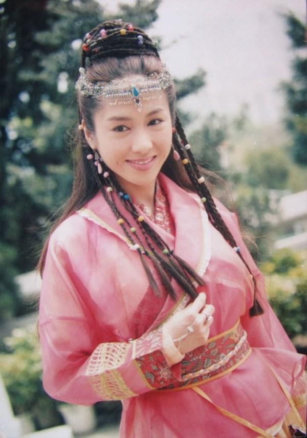 Triệu Mẫn Lê Tư 47 tuổi vẫn trẻ đẹp như gái 20, trong khi 3 con gái lại lệch sắc giống bố - Ảnh 1.
