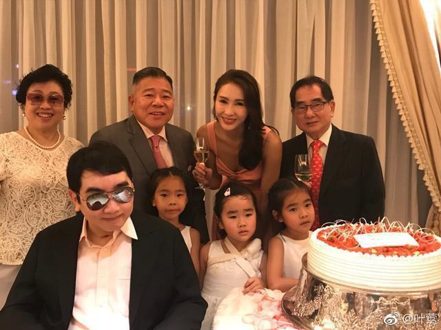 Triệu Mẫn Lê Tư 47 tuổi vẫn trẻ đẹp như gái 20, trong khi 3 con gái lại lệch sắc giống bố - Ảnh 9.