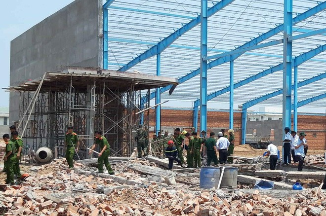 Thêm nạn nhân tử vong trong vụ sập bức tường 6 người chết ở Vĩnh Long - Ảnh 1.