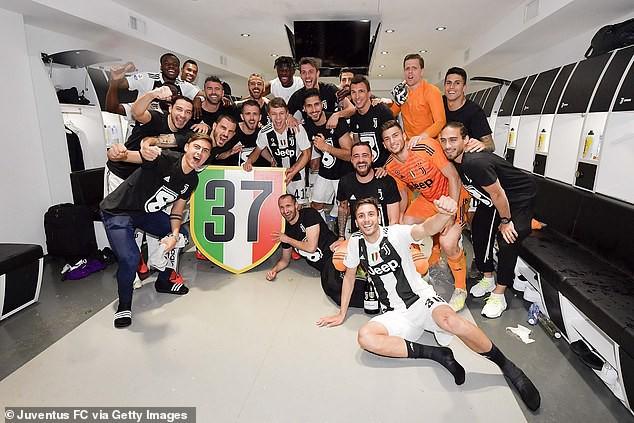Ronaldo ăn hên, nâng cao chức vô địch đầu tiên từ khi chuyển sang Juventus - Ảnh 10.