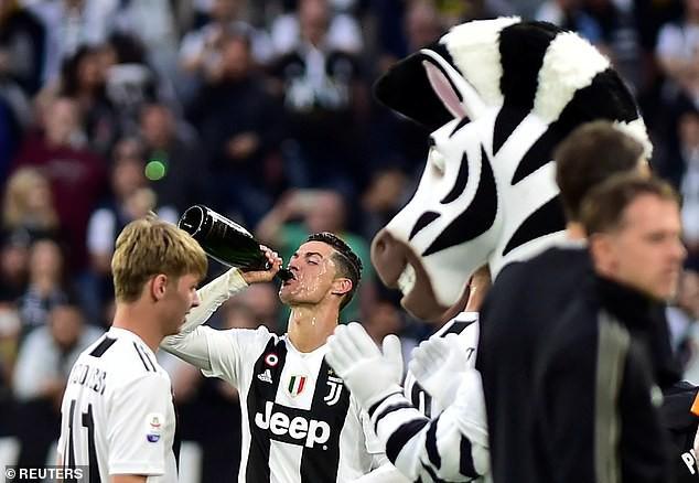 Ronaldo ăn hên, nâng cao chức vô địch đầu tiên từ khi chuyển sang Juventus - Ảnh 8.