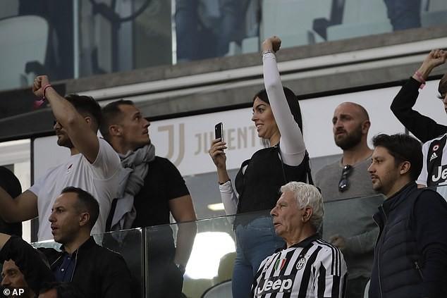 Ronaldo ăn hên, nâng cao chức vô địch đầu tiên từ khi chuyển sang Juventus - Ảnh 9.