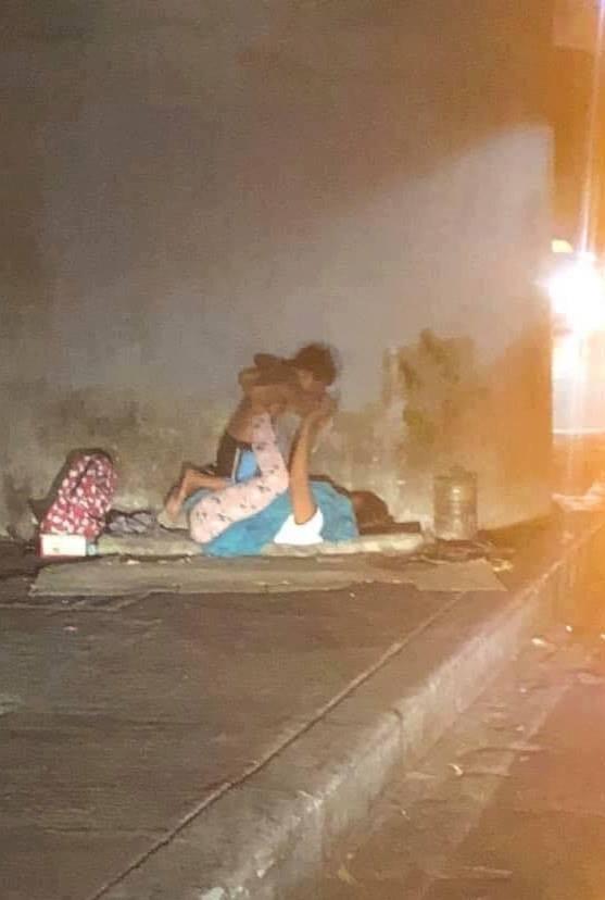 Hai mẹ con lang thang trên vỉa hè giữa đêm và hình ảnh ai ngang qua cũng nghẹn ngào - Ảnh 1.