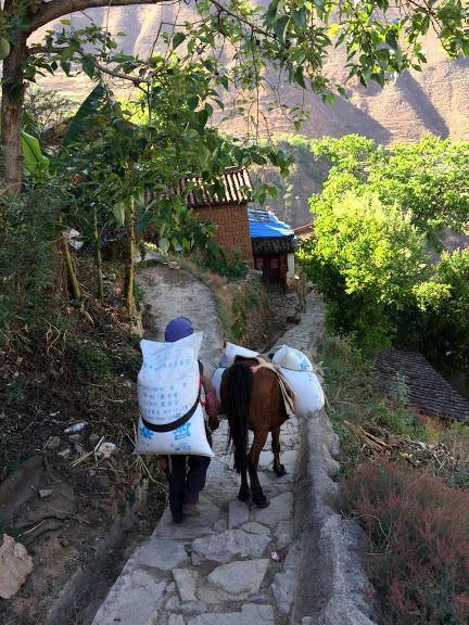 Lặng ngắm ngôi làng cổ yên bình, rất ít người biết đến trên vách đá khổng lồ tại Trung Quốc: Một lần tới Bảo Sơn, cả đời ấn tượng khó quên! - Ảnh 12.