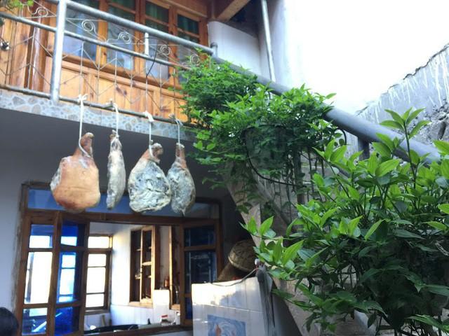 Lặng ngắm ngôi làng cổ yên bình, rất ít người biết đến trên vách đá khổng lồ tại Trung Quốc: Một lần tới Bảo Sơn, cả đời ấn tượng khó quên! - Ảnh 14.