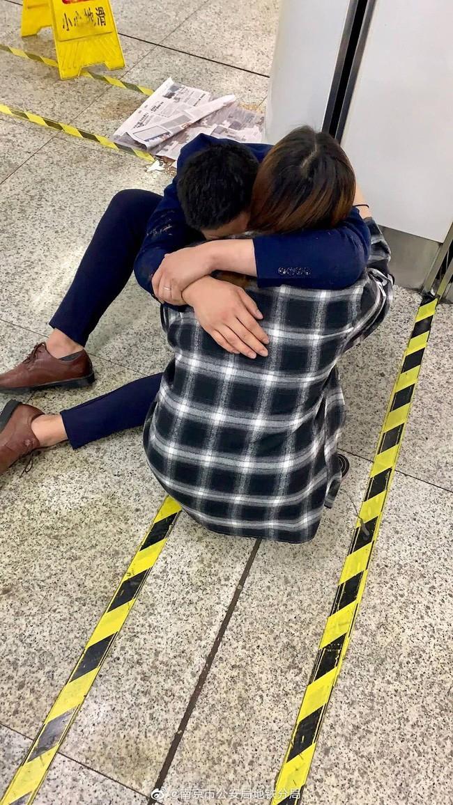 Hình ảnh vợ ôm chồng say rượu tại ga tàu điện và câu nói Em yêu ơi, anh thật vô dụng khiến cư dân mạng động lòng - Ảnh 2.