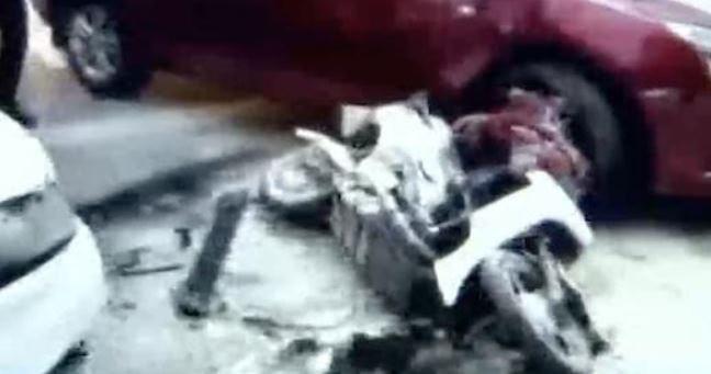 Tai nạn ô tô làm khói giăng kín góc đường và hình ảnh bé gái kêu cứu trước khi bị tông lần nữa gây xót xa hơn cả - Ảnh 1.