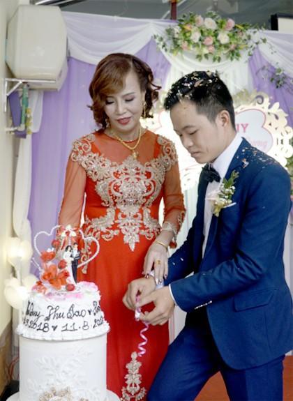 Sau hơn nửa năm đám cưới, vợ chồng cô dâu 62 tuổi làm loạn cộng đồng mạng bằng loạt trò lố này - ảnh 2
