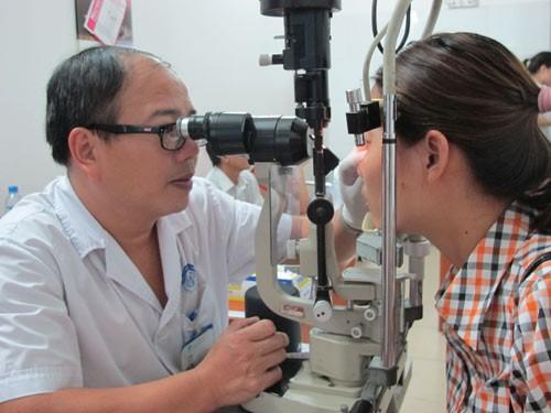 Bác sĩ BV Mắt Trung ương cảnh báo: Thói quen cực xấu của nhiều người có thể gây hỏng mắt - Ảnh 2.