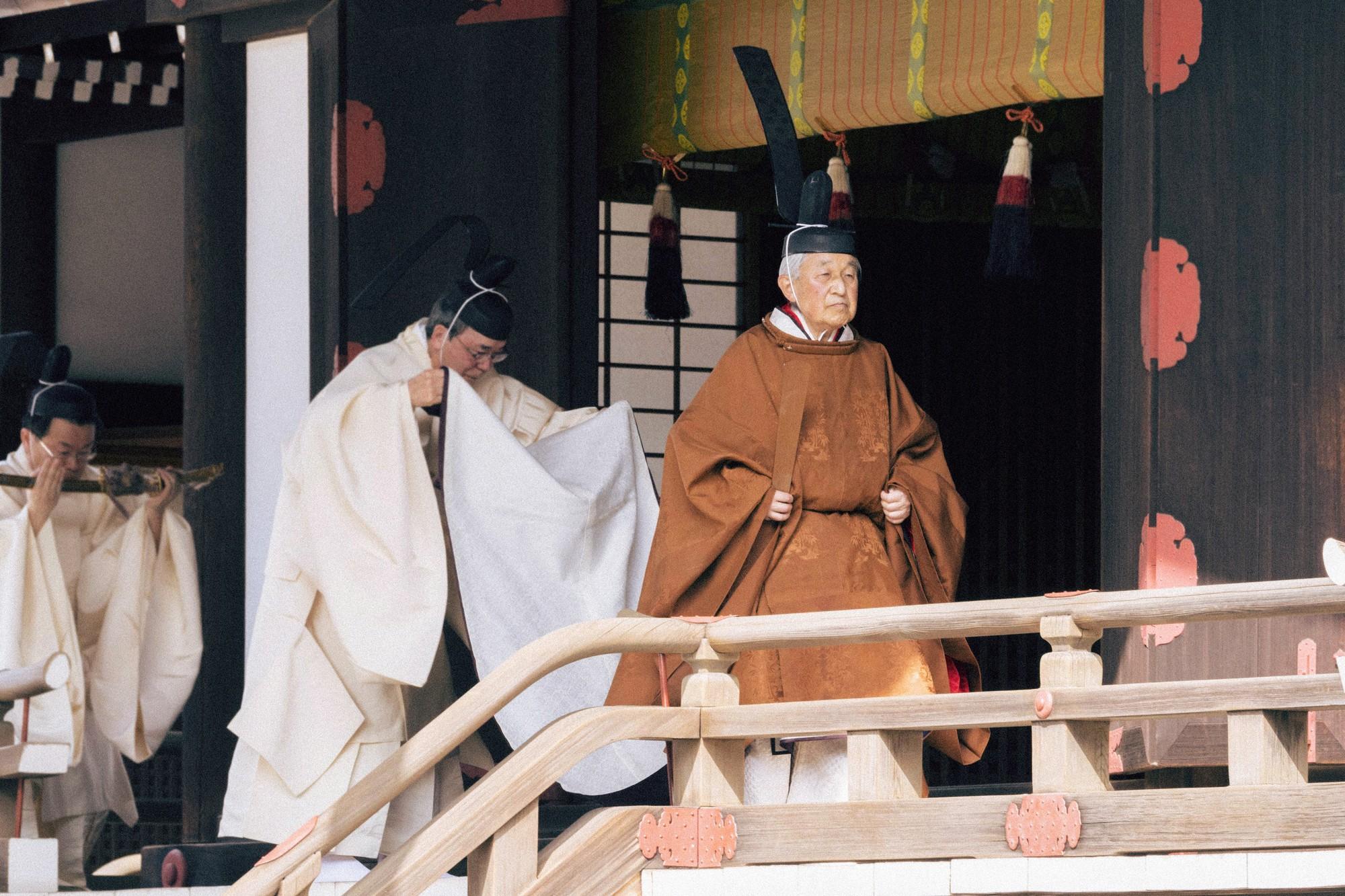 Akihito: Vị Thiên hoàng quỳ gối trước dân và bài phát biểu nhạy cảm bị nhà đài ngang nhiên cắt gọt - Ảnh 2.