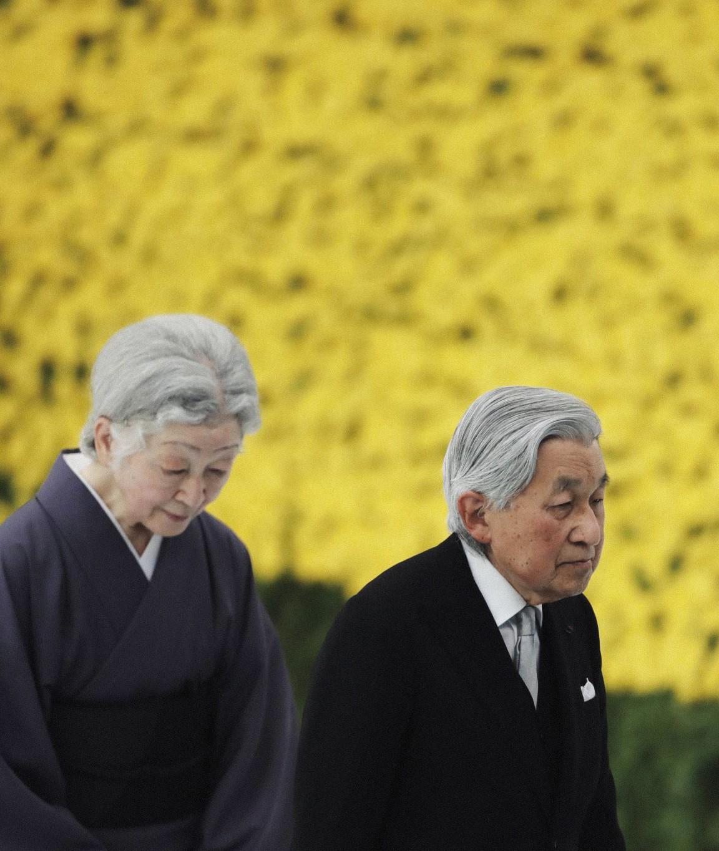 Akihito: Vị Thiên hoàng quỳ gối trước dân và bài phát biểu nhạy cảm bị nhà đài ngang nhiên cắt gọt - Ảnh 18.