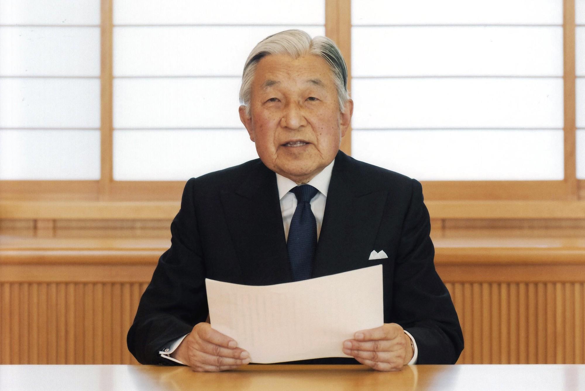 Akihito: Vị Thiên hoàng quỳ gối trước dân và bài phát biểu nhạy cảm bị nhà đài ngang nhiên cắt gọt - Ảnh 13.