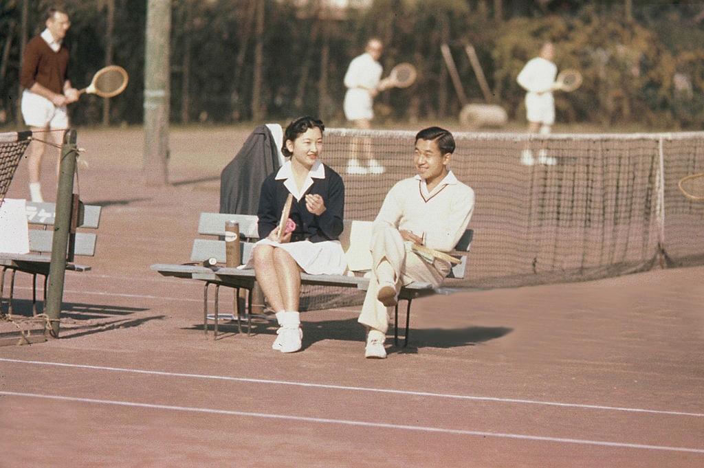 Akihito: Vị Thiên hoàng quỳ gối trước dân và bài phát biểu nhạy cảm bị nhà đài ngang nhiên cắt gọt - Ảnh 9.