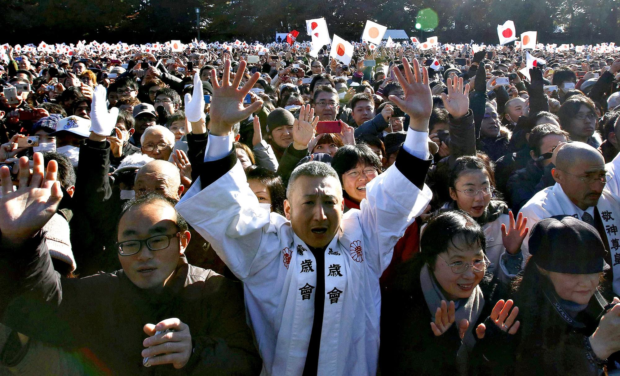 Akihito: Vị Thiên hoàng quỳ gối trước dân và bài phát biểu nhạy cảm bị nhà đài ngang nhiên cắt gọt - Ảnh 22.