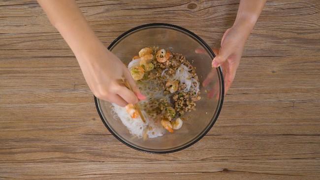 Học lỏm được công thức làm miến trộn của đầu bếp người Thái, tôi chẳng bao giờ phải tốn tiền đi nhà hàng để ăn món này nữa - Ảnh 5.