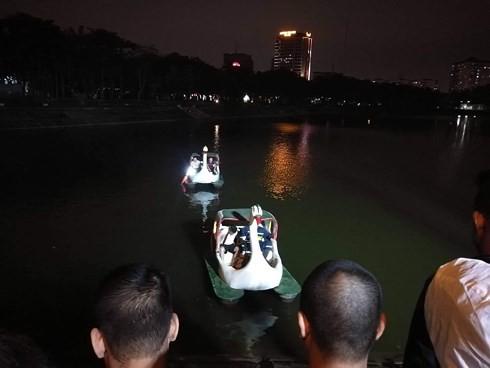 Xe ô tô bất ngờ lao xuống hồ Linh Đàm trong đêm tối - Ảnh 1.