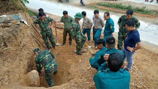 Clip kích nổ tiêu hủy quả bom dài 1,2m được người dân phát hiện - Ảnh 4.