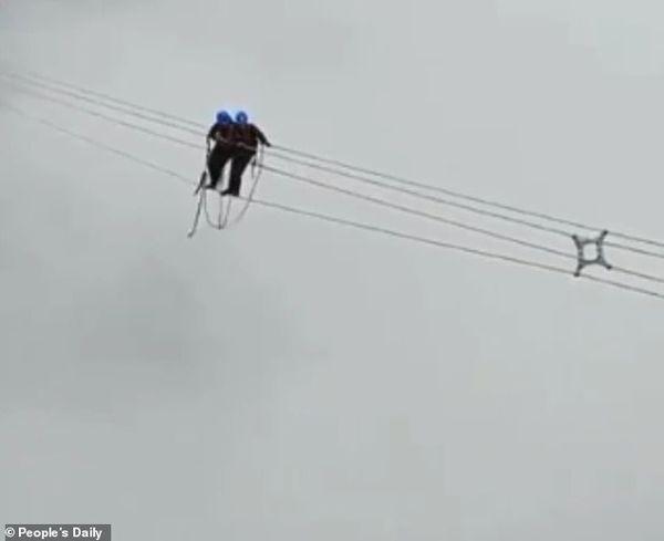 Kinh hoàng cảnh thợ điện đi trên dây điện cao thế - Ảnh 1.