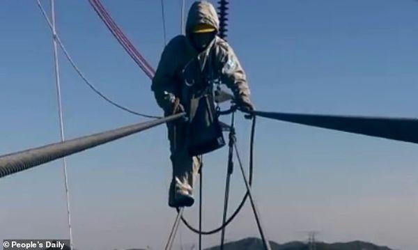 Kinh hoàng cảnh thợ điện đi trên dây điện cao thế - Ảnh 2.