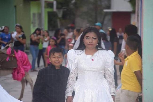Bức ảnh người phụ nữ kết hôn với một cậu bé lan truyền MXH và sự thật đằng sau khiến nhiều người không khỏi ngỡ ngàng - Ảnh 4.