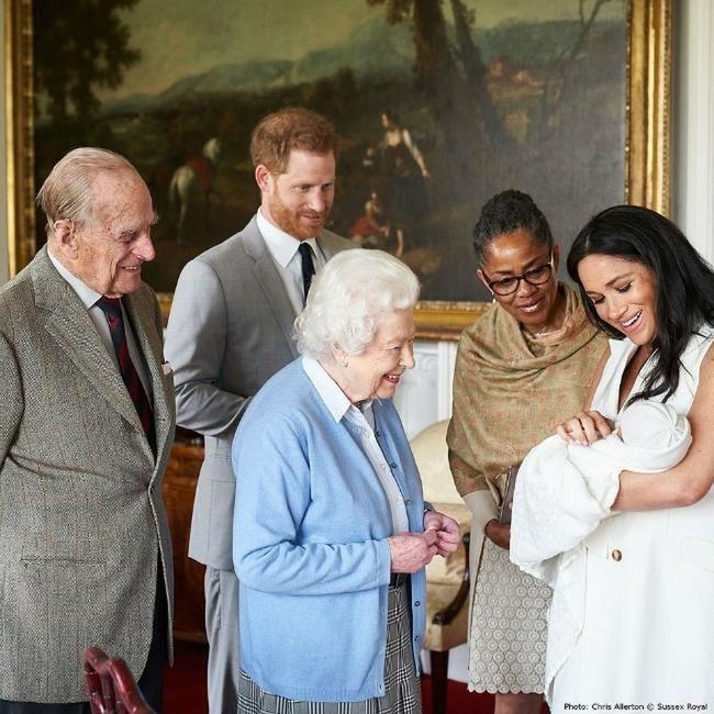 Nữ hoàng Anh và chồng đến thăm cậu bé Archie ngày 8/5.