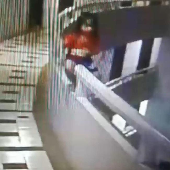 Cô bé sau đó trèo lên lan can và ngã xuống từ tầng 12.