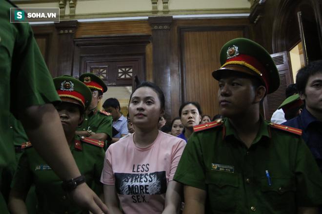 Tranh cãi quanh chiếc áo hot girl Ngọc Miu mặc đến tòa: Dòng chữ nhạy cảm liệu có gây rắc rối? - Ảnh 1.