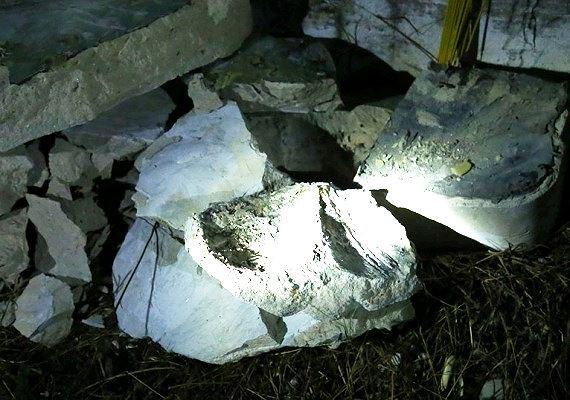 Rúng động vụ thi thể bị đổ bê tông trong thùng: Đập bể bê tông lấy tử thi thứ hai ra ngoài - Ảnh 1.
