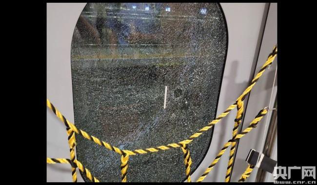 Tàu hỏa gặp sự cố tạm dừng nửa tiếng, người đàn ông mất hết kiên nhẫn đập luôn cửa kính chỉ để hít chút khí trời - Ảnh 2.