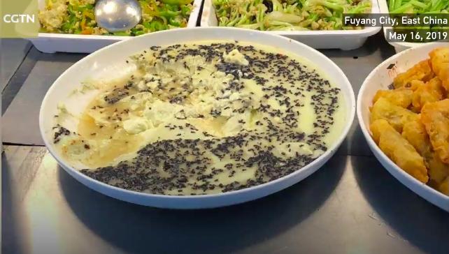 Căng tin trường học nấu trứng hấp với... kiến, dân mạng trông thấy ghê, phản ứng của học sinh mới bất ngờ - ảnh 1