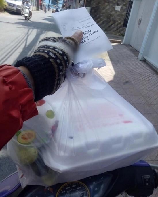 Bữa ăn vịt quay trị giá 380 nghìn đầy nước mắt của tài xế xe ôm khiến dân mạng bức xúc - ảnh 1