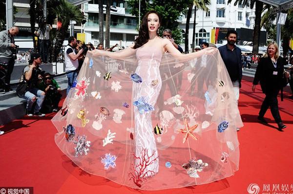 Không cần ăn mặc phản cảm như Ngọc Trinh, 4 người đẹp Việt này vẫn gây ấn tượng tại LHP Cannes - Ảnh 8.