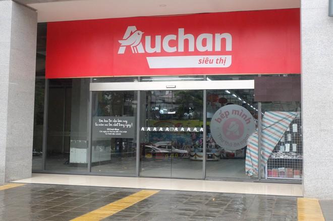 Người dân đổ xô đi vét hàng, siêu thị Auchan ở Hà Nội tan hoang trước ngày đóng cửa - Ảnh 1.