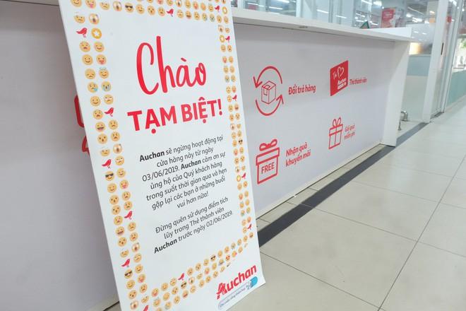 Người dân đổ xô đi vét hàng, siêu thị Auchan ở Hà Nội tan hoang trước ngày đóng cửa - Ảnh 2.