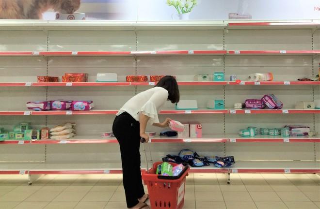 Người dân đổ xô đi vét hàng, siêu thị Auchan ở Hà Nội tan hoang trước ngày đóng cửa - Ảnh 11.
