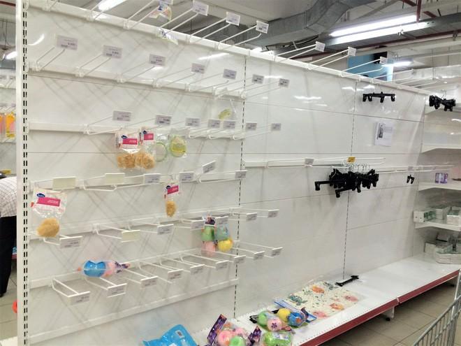 Người dân đổ xô đi vét hàng, siêu thị Auchan ở Hà Nội tan hoang trước ngày đóng cửa - Ảnh 13.