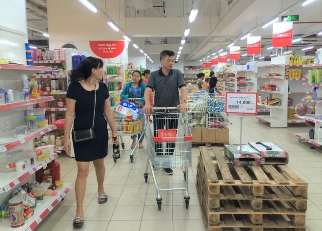 Người dân đổ xô đi vét hàng, siêu thị Auchan ở Hà Nội tan hoang trước ngày đóng cửa - Ảnh 15.
