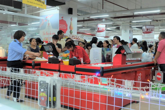 Người dân đổ xô đi vét hàng, siêu thị Auchan ở Hà Nội tan hoang trước ngày đóng cửa - Ảnh 3.