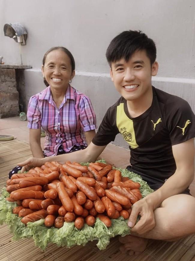 Bà Tân Vlog: Choáng ngợp với sức hút từ những món ăn khổng lồ của bác nông dân cao 1m1, nặng 32kg - ảnh 3
