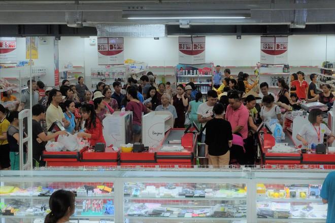 Người dân đổ xô đi vét hàng, siêu thị Auchan ở Hà Nội tan hoang trước ngày đóng cửa - Ảnh 4.