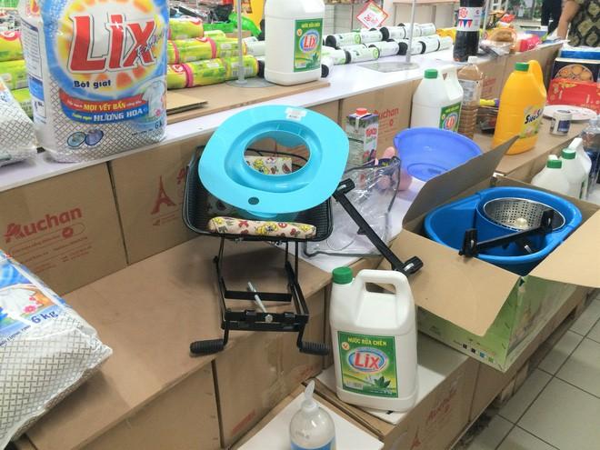 Người dân đổ xô đi vét hàng, siêu thị Auchan ở Hà Nội tan hoang trước ngày đóng cửa - Ảnh 5.