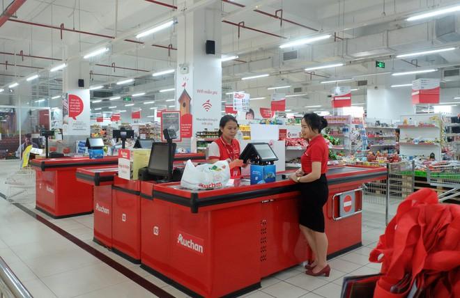 Người dân đổ xô đi vét hàng, siêu thị Auchan ở Hà Nội tan hoang trước ngày đóng cửa - Ảnh 7.