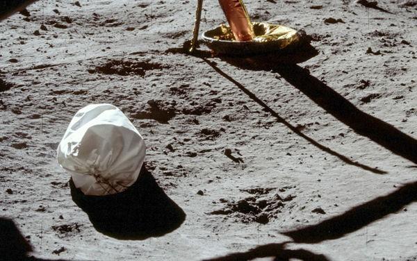 Ngoài dấu chân của phi hành gia Neil Armstrong, Mặt Trăng còn có gần 200 tấn rác và 96 túi chất thải con người - Ảnh 1.
