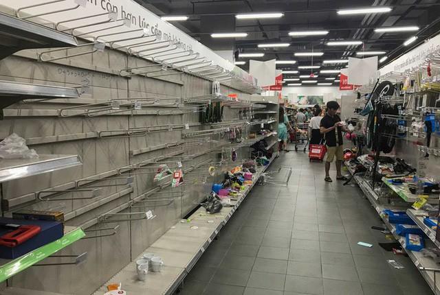 Nhân viên Auchan muốn khóc nhìn khách vừa mua, vừa ăn, vừa phá hàng hóa trong siêu thị - Ảnh 11.
