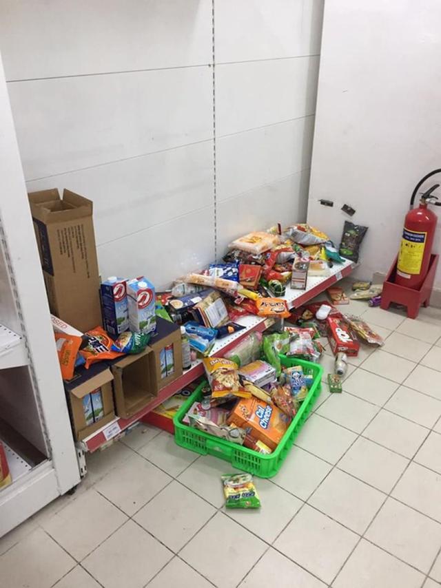 Nhân viên Auchan muốn khóc nhìn khách vừa mua, vừa ăn, vừa phá hàng hóa trong siêu thị - Ảnh 2.