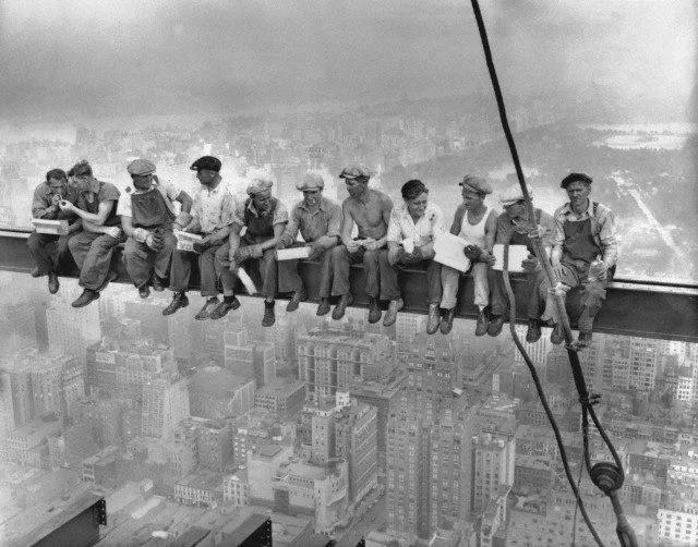 """Sự thật về bức ảnh """"Bữa trưa trên tòa nhà chọc trời nổi tiếng gần 9 thập kỷ từng khiến nhiều người đứng tim khi nhìn - Ảnh 1."""