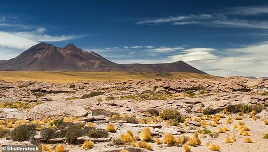 Nghĩa địa thiên thạch ở sa mạc chết chóc nhất thế giới - Ảnh 3.