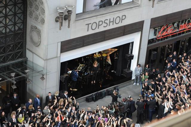 Topshop đệ đơn phá sản tại Mỹ, đóng cửa toàn bộ cửa hàng - Ảnh 1.