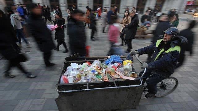Nhân viên quét rác bán nhà giúp người nghèo khó - Ảnh 1.
