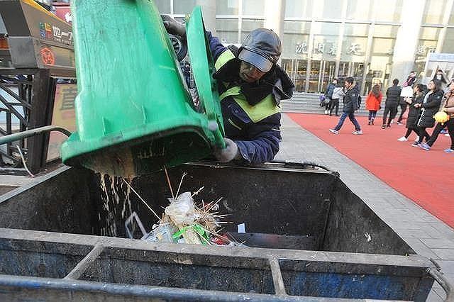Nhân viên quét rác bán nhà giúp người nghèo khó - Ảnh 2.